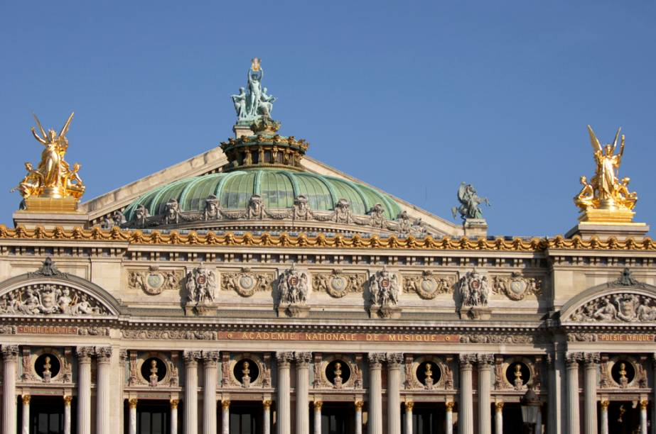 A Ópera Garnier foi projetada, em 1860, pelo arquiteto Charles Garnier para homenagear a França então comandada por Napoleão III