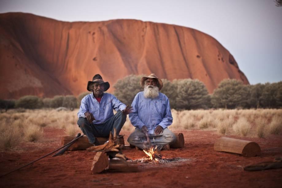 A visita ao Uluru (Ayers Rock) deve ser combinada a uma experiência cultural com os povos nativos. Sua cultura vem sendo cada vez mais valorizada pelos australianos