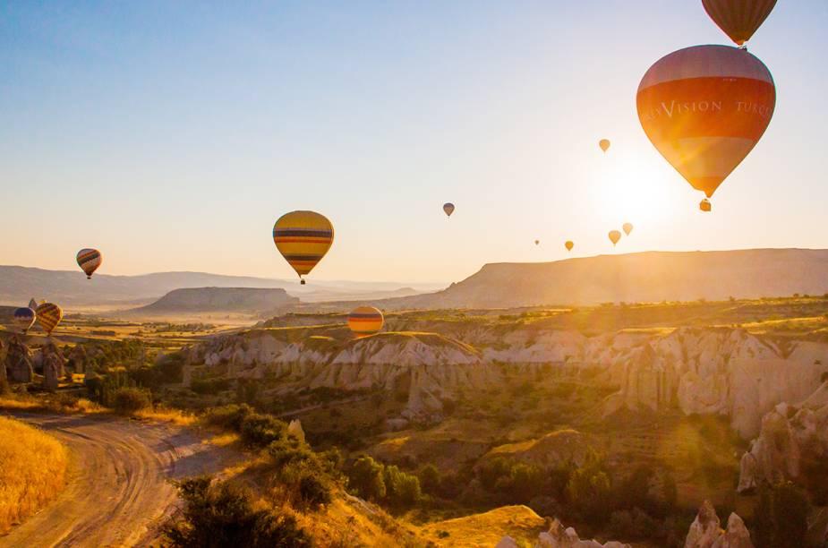 O destino é um dos mais conhecidos – se não o mais – quando o assunto é passear de balão. A região da Capadócia, entre as cidades de Kayseri e Nevsehir, tem uma paisagem montanhosa única que resulta de erupções de vulcões hoje extintos. Os balões da Capadócia são os maiores do mundo. Alguns cestos podem levar até 36 passageiros.