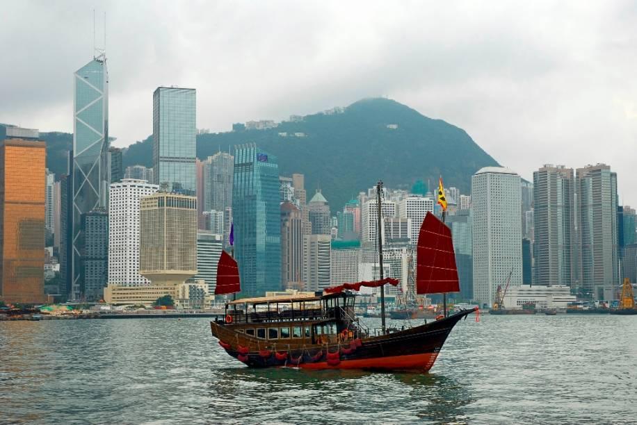 Por anos Hong Kong foi um domínio britânico, retornando à administração chinesa em 1997. Hoje a cidade ostenta um incrível vigor movido tanto por seu dinâmico porto como por instituições financeiras que aqui possuem modernos arranha-céus