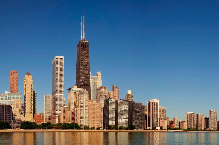 O filme que marcaria a carreira de Matthew Broderick e a adolescência de muita gente é, descaradamente, uma ode a Chicago. Entre uma estripulia do protagonista e uma trapalhada do inspetor Rooney, todos os grandes marcos da cidade estão lá: o estádio de beisebol <strong>Wringley Field</strong>, a <strong>Sears Tower </strong>(atual Willis Tower, que já foi o maior edifício do mundo), o <strong>Art Institute </strong>e as margens do lago Michigan. Só ficou faltando a escadaria da estação ferroviária, eternizada no tenso tiroteio de <em>Os Intocáveis</em>, com Andy Garcia e Kevin Costner. <strong>Curtindo a Vida Adoidado </strong>(<em>Ferris Bueller's Day Off</em>, Estados Unidos, 1986)<strong>Diretor: </strong>John Hughes<strong>Estrelando: </strong>Matthew Broderick<strong>Prêmios da Academia: </strong>zero (e quem é que está preocupado com isso?)