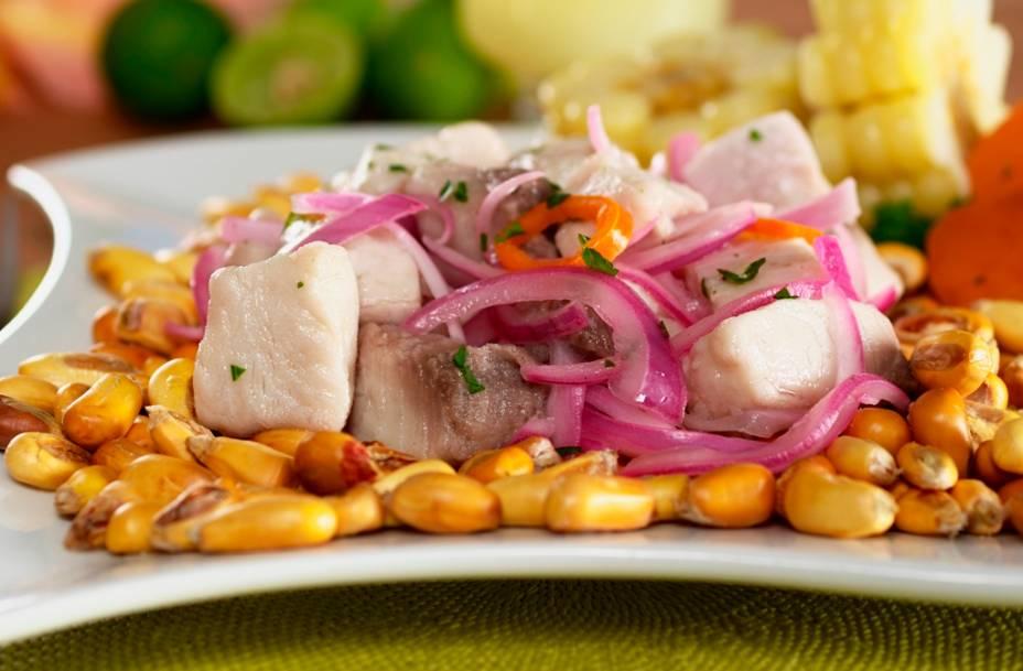 O cevicheé o prato mais tradicional e omais <em>cool </em>do Peru, misturando pescado cru, cortado em cubinhos marinados no limão, cebola, pimenta e uma ou outra adição regional, como folhas de coentro. Os grãos de milho, que muitas vezes o acompanham, não são ordinários piruás, oferecendo uma sensação crocante à maciez do peixe