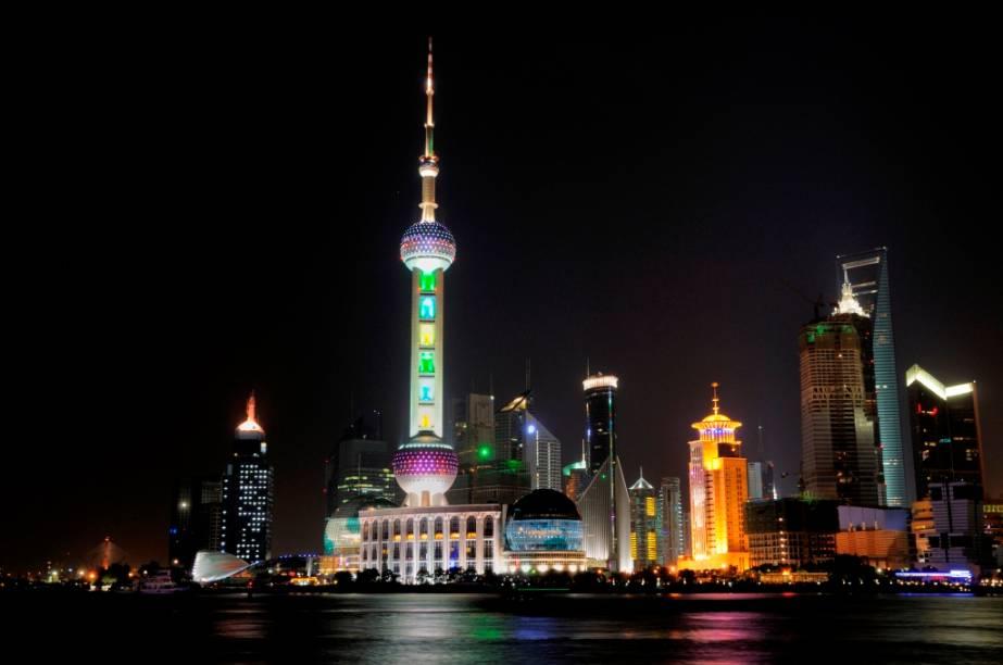 Xangai é uma das cidades que puxam o vigoroso momento econômico da China atual. Edifícios com os mais variados estilos surgem da noite para o dia, ostentando poder e orgulho que só encontram paralelo em eventos como a ostensivamente kitsch Feira dos Milionários