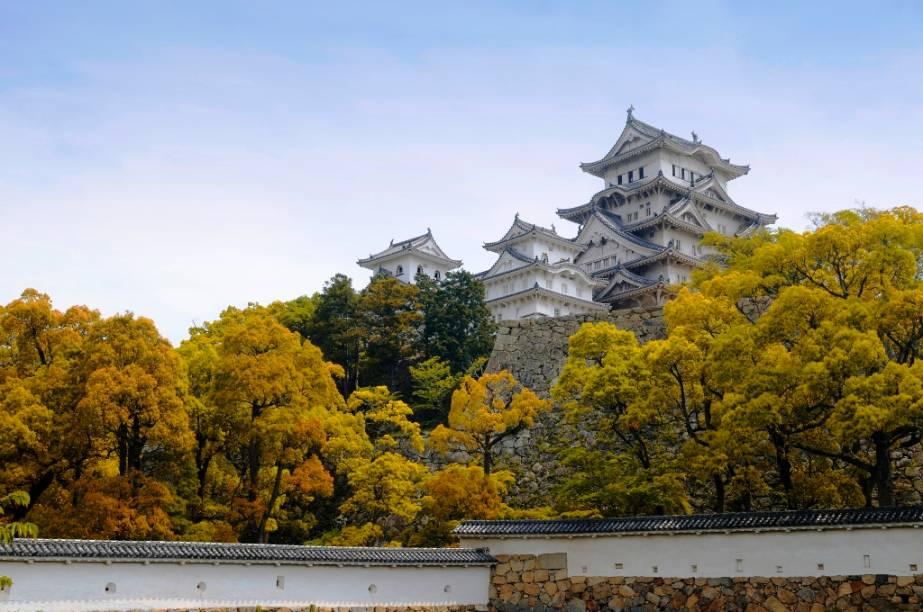 O castelo Himeji, próximo a Kobe, é o mais bem preservado exemplar do Japão e é frequentemente utilizado como set de filmagens