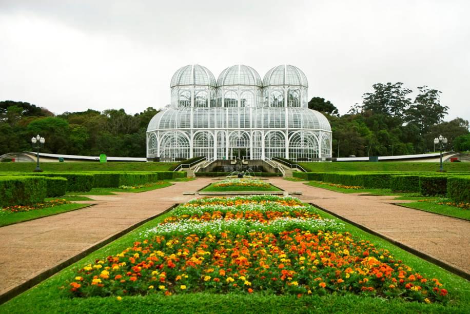 """<strong><a href=""""http://viajeaqui.abril.com.br/estabelecimentos/br-pr-curitiba-atracao-jardim-botanico"""" rel=""""Jardim Botânico"""">Jardim Botânico</a>:</strong> na grande estufa de vidro, inspirada nos antigos salões de cristal ingleses, você aprende sobre as principais espécies da Mata Atlântica. Mas o maior cartão-postal curitibano reúne outras atrações: o belo jardim francês, o Jardim das Sensações ( Terça a domingo, das 09h às 17h), onde mais de 50 plantas revelam formas, texturas e aromas, e o Museu da Botânica, com espaço dedicado a uma coleção de orquídea. Rua Ostoja Roguski (Jd. Botânico), das 06h às 20h."""
