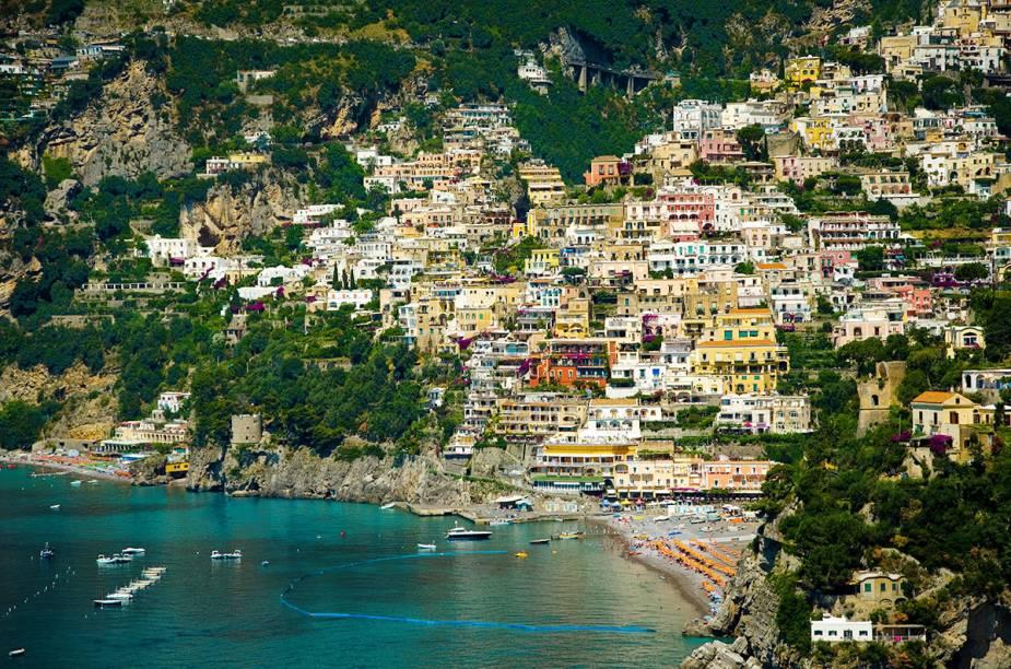 """<strong>BÁSICO COM CARRO</strong>Sem o frio do inverno nem as hordas de turistas do verão, a cobiçada <a href=""""http://viajeaqui.abril.com.br/cidades/italia-costa-amalfitana"""" rel=""""Costa Amalfitana"""" target=""""_blank"""">Costa Amalfitana</a>, banhada pelo Mar Tirreno na """"canela"""" da bota italiana, ainda brinda os turistas com flores na primavera. No cenário lírico, oliveiras, limoeiros e vilas de pescadores povoam encostas cercadas pelo oceano. As duas noites em <a href=""""http://viajeaqui.abril.com.br/cidades/italia-sorrento"""" rel=""""Sorrento"""" target=""""_blank"""">Sorrento</a>, no <a href=""""http://www.casasusy.com/"""" rel=""""Casa Suy"""" target=""""_blank"""">Casa Suy</a>, e as quatro em <a href=""""http://viajeaqui.abril.com.br/cidades/italia-positano"""" rel=""""Positano"""" target=""""_blank"""">Positano</a>(foto), no espartano <a href=""""http://www.villacelentano.com/"""" rel=""""Villa Calentano"""" target=""""_blank"""">Villa Calentano</a>, incluem locação de carro.<strong>QUANDO:</strong> Até junho<strong>QUEM LEVA:</strong> A <a href=""""http://svt.com.br/"""" rel=""""SVT"""" target=""""_blank"""">SVT</a><strong>QUANTO:</strong> US$ 1 058"""