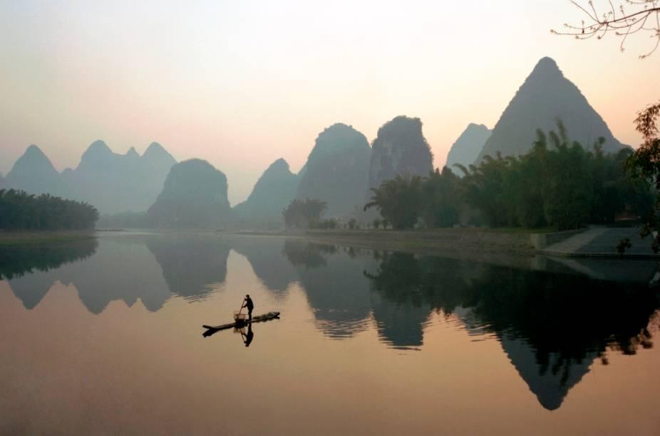 As belíssimas paisagens na região de Yangshuo, sul da China, foram, e ainda são, fontes de inspiraçãoes para gerações de artistas, pintores e poetas. As montanhas de karst sofreram uma forte erosão de rios e ventos formando suas características formas