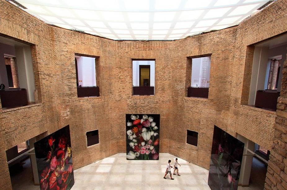 """<strong>5. <a href=""""http://viajeaqui.abril.com.br/estabelecimentos/br-sp-sao-paulo-atracao-pinacoteca-do-estado"""" rel=""""Pinacoteca do Estado"""" target=""""_blank"""">Pinacoteca do Estado</a></strong>        Por ter uma cobertura transparente, o interior do museu recebe bastante luz natural e por isso é um dos mais agradáveis da cidade. Durante a visita, não deixe de ver as preciosidades do acervo: <em>Tropical</em>, de Anita Malfatti, <em>Caipira Picando Fumo</em>, de Almeida Júnior, e <em>Mestiço</em>, de Candido Portinari.        <a href=""""http://viajeaqui.abril.com.br/estabelecimentos/br-sp-sao-paulo-atracao-pinacoteca-do-estado/mapa"""" rel=""""Veja o mapa"""" target=""""_blank"""">Veja o mapa</a>"""