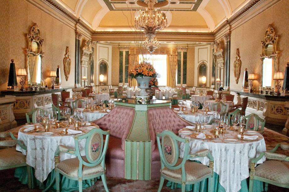 Na sala de jantar do Rambagh, porcelanas pintadas à mão e um ar afrancesado quase kitsch