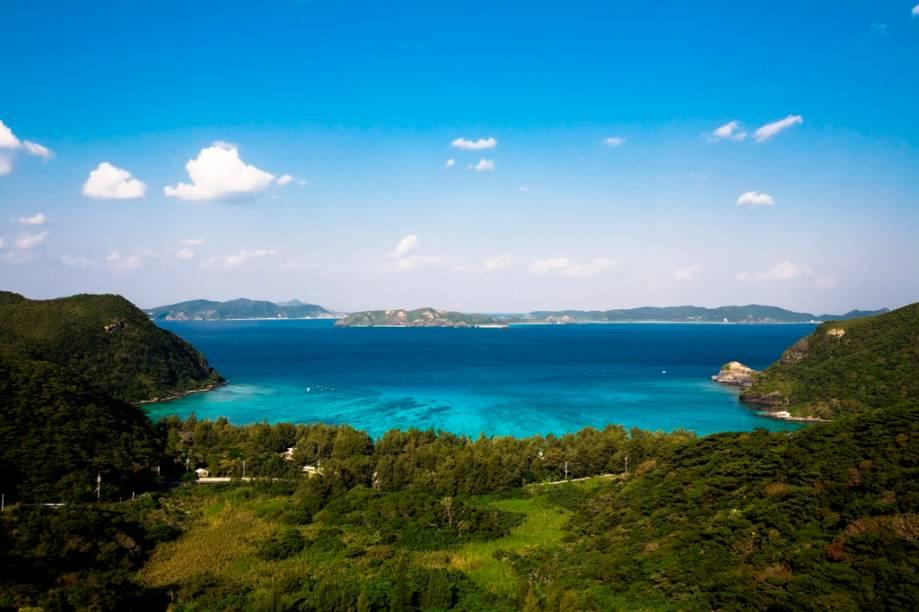 <strong>Praias paradisíacas</strong>        Fugindo do calor das cidades, os japoneses rumam para locais mais amenos, no alto das montanhas ou para algumas de suas praias. Okinawa, no sul do país, possui clima tropical, mar com incríveis tons de azul, points de mergulho com boa infraestrutura e uma rica cena cultural