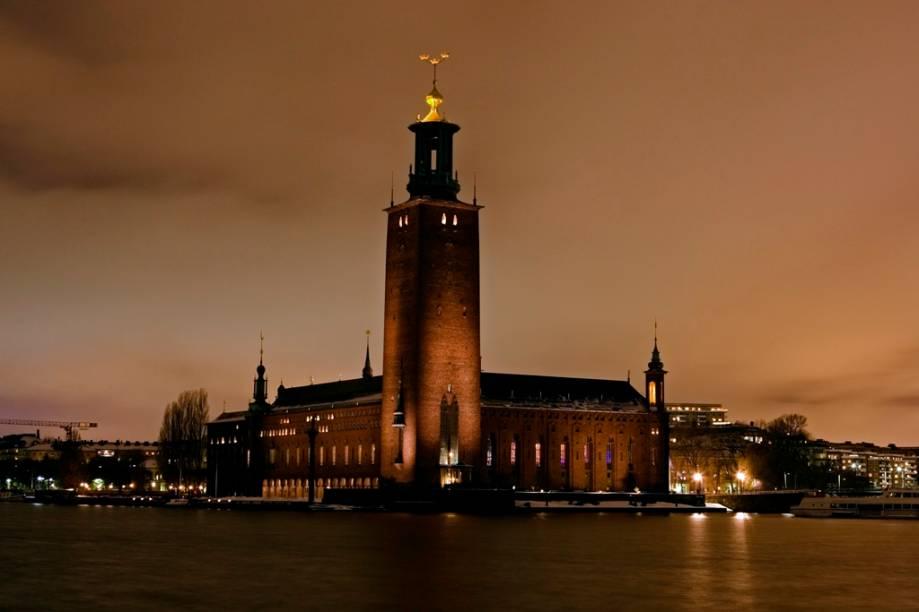 Localizada na ilhota de Kungsholmen, o Stadshuset abriga o conselho municipal de Estocolmo e é palco do banquete do Prêmio Nobel
