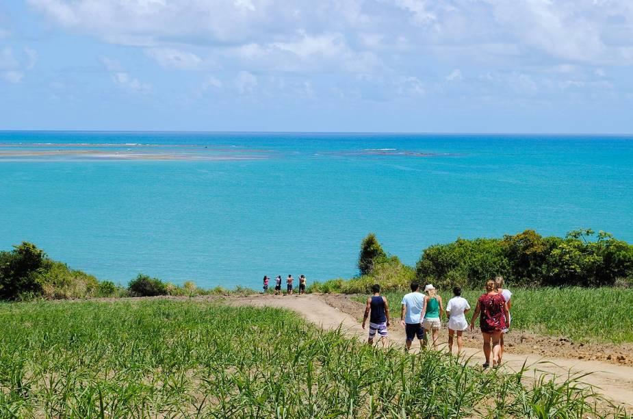 Turistas chegam à pé na praia de Carro Quebrado, uma das mais famosas do litoral alagoano