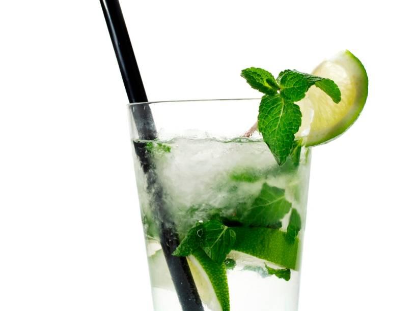 """<strong>Rum </strong><strong>–</strong><strong> Caribe</strong><br />  Leia a lista de coquetéis feitos com rum e diga se eles não o remetem direto para uma praia ou piscina ensolarada: daiquiri, mojito, piña colada e cuba libre.Tal como nossa cachaça, o rum é um destilado a base de cana de açúcar. A diferença é que enquanto extraímos o álcool da fermentação da garapa, caribenhos e piratas a fazem a partir do melaço. Existem boas fábricas e marcas em praticamente todas as ilhas caribenhas onde floresceu a cultura da cana, como é o caso de <strong>Barbados</strong>, <strong><a href=""""http://viajeaqui.abril.com.br/paises/cuba"""" rel=""""Cuba"""" target=""""_blank"""">Cuba</a></strong>, <strong><a href=""""http://viajeaqui.abril.com.br/paises/jamaica"""" rel=""""Jamaica """" target=""""_blank"""">Jamaica</a></strong> e <strong>Trinidad e Tobago</strong>. Curiosidade: o <em>grogue </em>era uma bebida servida aos marinheiros britânicos, uma mistura de água meio podre de barril e rum. Dá para imaginar o resultado...<br />  <strong>Teor alcoólico médio</strong><strong>:</strong> 40%"""