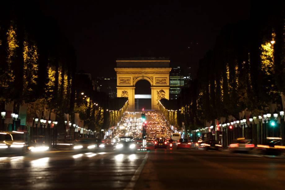 O Arco do Triunfo foi encomendado por Napoleão Bonaparte no auge da abundância imperialista de seu país no início do século 19