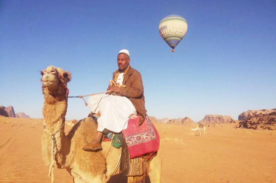 """O deserto de <a href=""""http://viagemeturismo.abril.com.br/cidades/wadi-rum-2/"""">Wadi Rum</a>, com belas formações rochosas e nascentes, é o que se vê lá de cima. A região sobrevoada, na <a href=""""http://viagemeturismo.abril.com.br/paises/jordania/"""">Jordânia</a>, também é conhecida como Vale da Lua devido à topografia que mistura planícies arenosas e picos irregulares."""