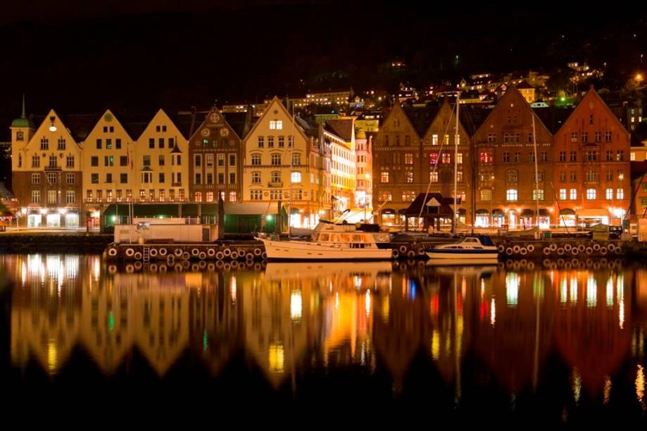 Patrimônio da humanidade, os antigos armazéns do cais de Bryggen, em Bergen, hoje abrigam simpáticas lojas, cafés e restaurantes