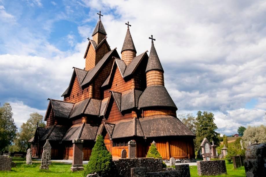 As igrejas de madeira conhecidas como stavekirke são típicas construções cristãs medievais encontradas em boa parte da Escandinávia. Esta fica em Heddal, em Telemark, e data do século 13