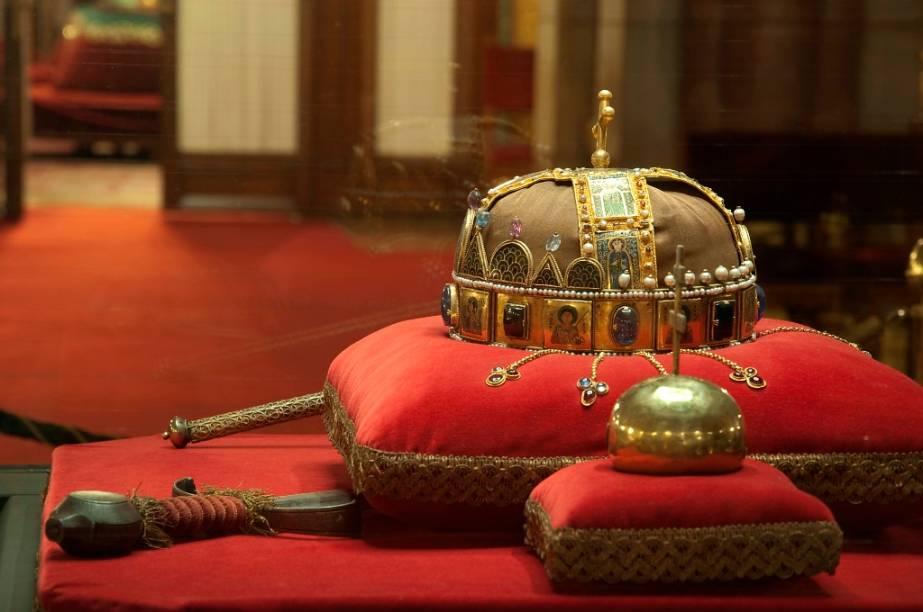 As quatro insígnias reais húngaras, a orbe, o cetro, a espada e a coroa - hoje encontram-se guardadas no Parlamento Húngaro, em Budapeste. O primeiro rei do país foi István, coroado no ano 1000, sendo que a monarquia veio a termo em 1918, com o fim do Império Áustro-Húngaro após sua derrota na I Guerra Mundial