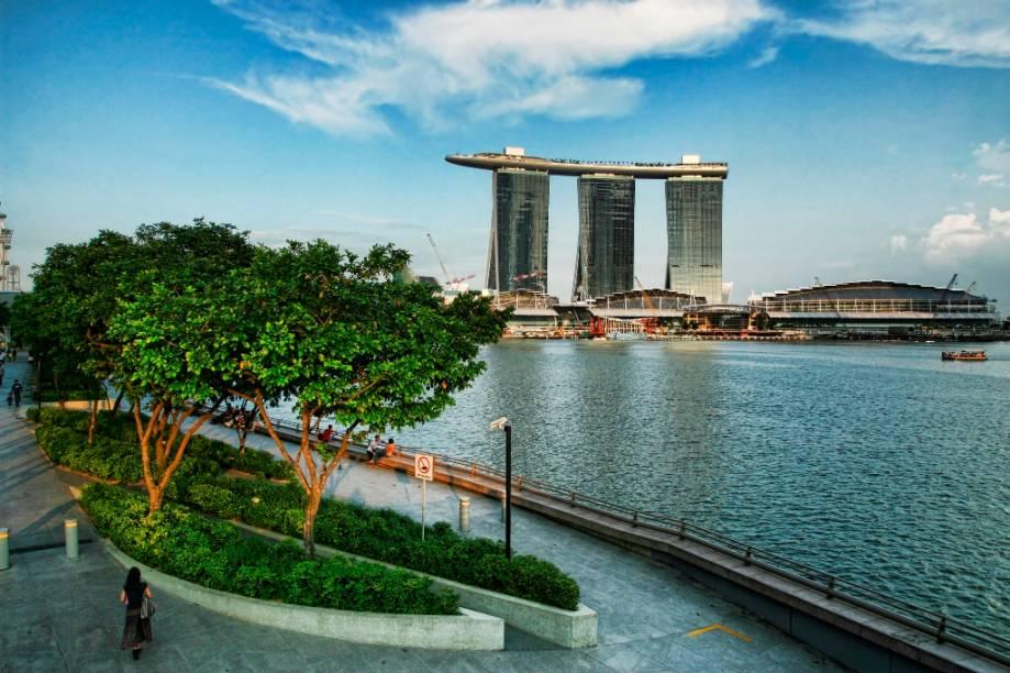 O Marina Bay Sands é uma das grandes atrações de Cingapura, com sua piscina de borda-infinita ao ar-livre. Detalhe: ela está no topo do edifício, 55 andares para cima