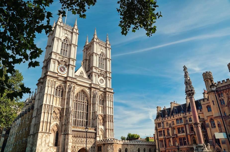 Ao lado do prédio do Parlamento está a Abadia de Westminster, em estilo gótico, lugar onde acontecem coroações de monarcas britânicos e casamentos reais, como o do príncipe William com Kate Middleton