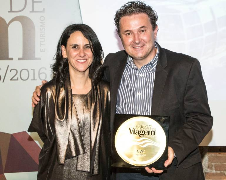 O diretor de marketing da CVC,Marcelo Oste, recebe de Angélica Santa Cruz o prêmio demelhor operadora