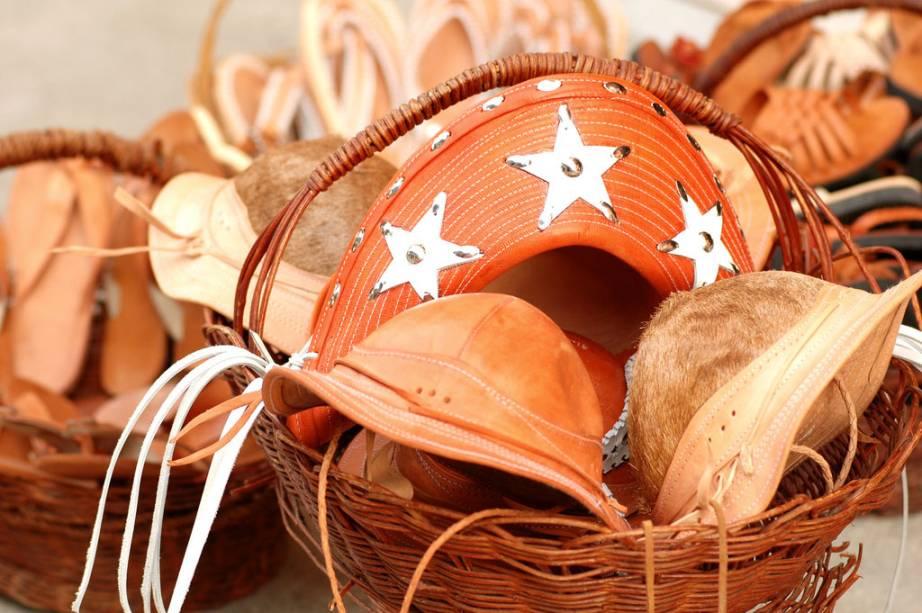 Chapéus vendidos na Feira de Caruaru, maior feira livre do nordeste, onde é possível encontrar peças artesanais, couro, palha e renda, ervas medicinais e comida típica em uma área de 20 mil m²