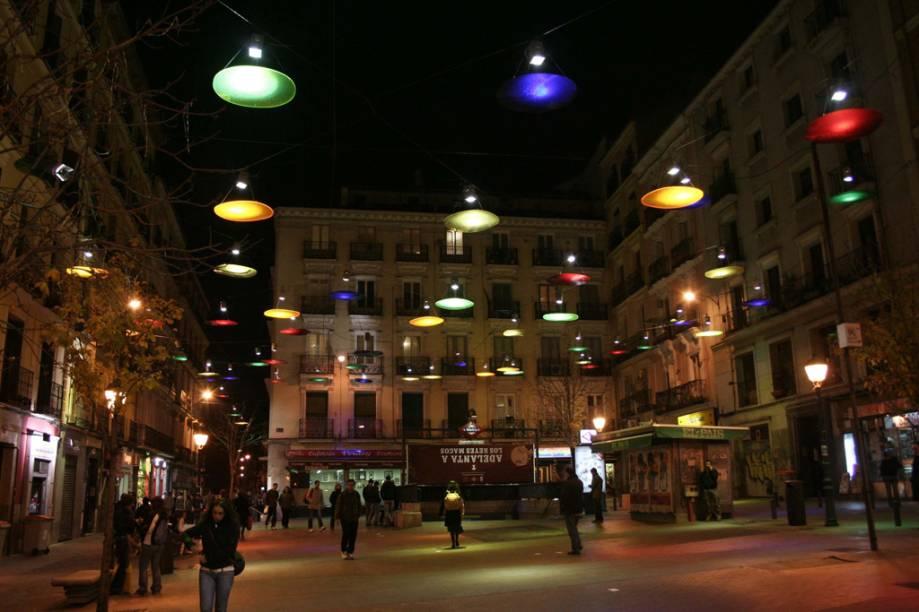 Frequentada pela comunidade LGBT, a Plaza de Chueca é um bom lugar para curtir a noite de Madri