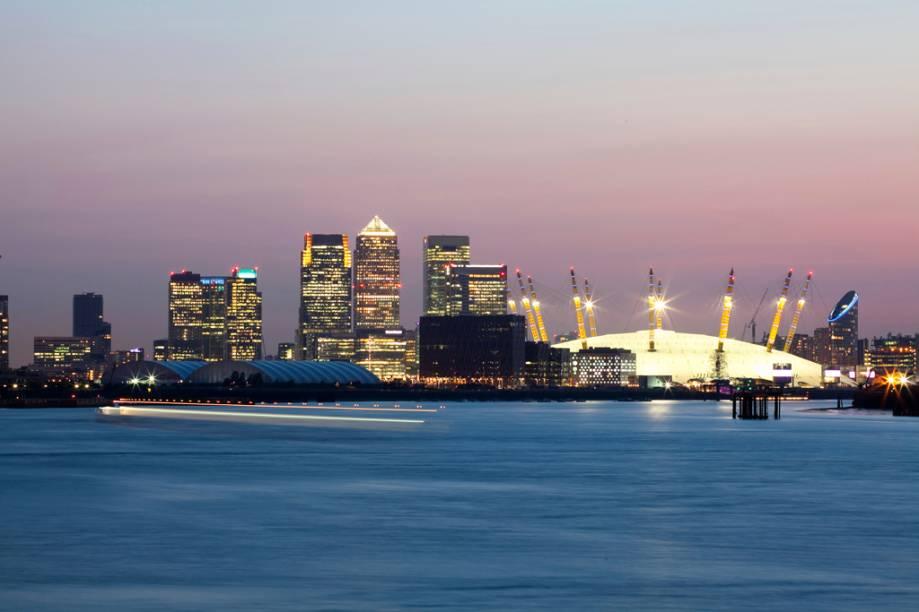 As docas do distrito financeiro de Canary Wharf e o gigantesco Millenium Dome, do arquiteto Richard Rogers, onde são realizados espetáculos musicais