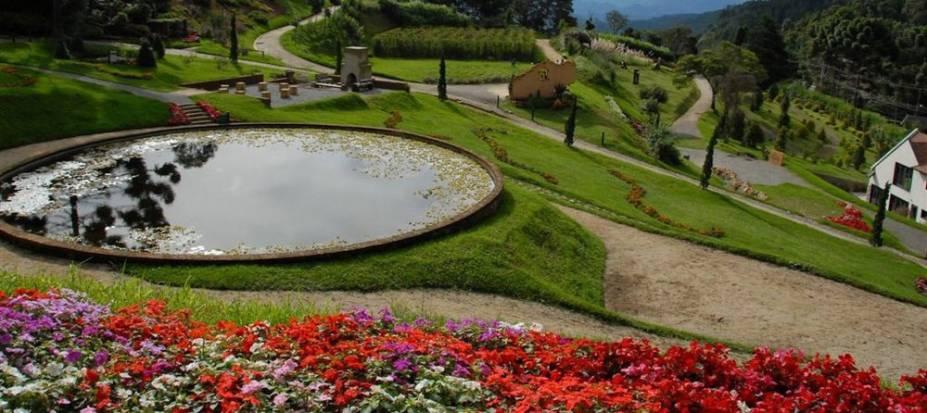 Os jardins do Parque Amantikir são bem-cuidados e proporcionam um passeio agradável em meio à natureza