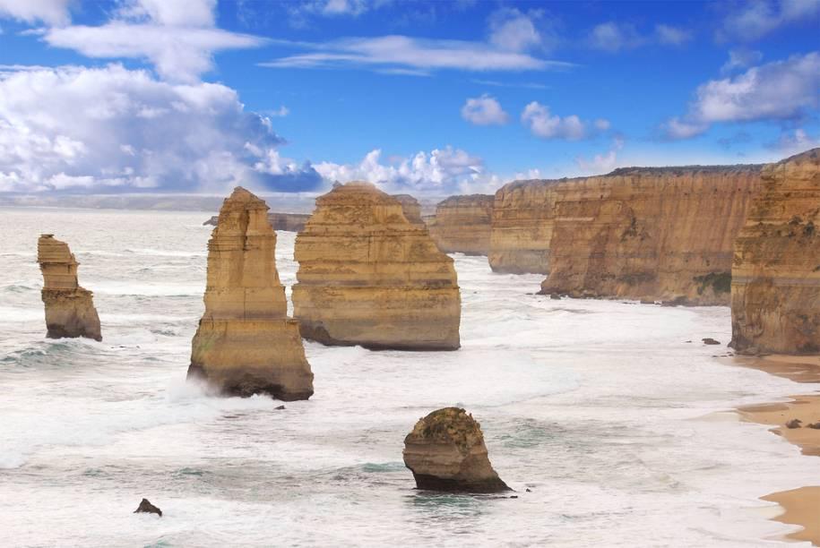 Os Doze Apóstolos, às margens do Great Ocean Road, sofre incessante ação erosiva do oceano