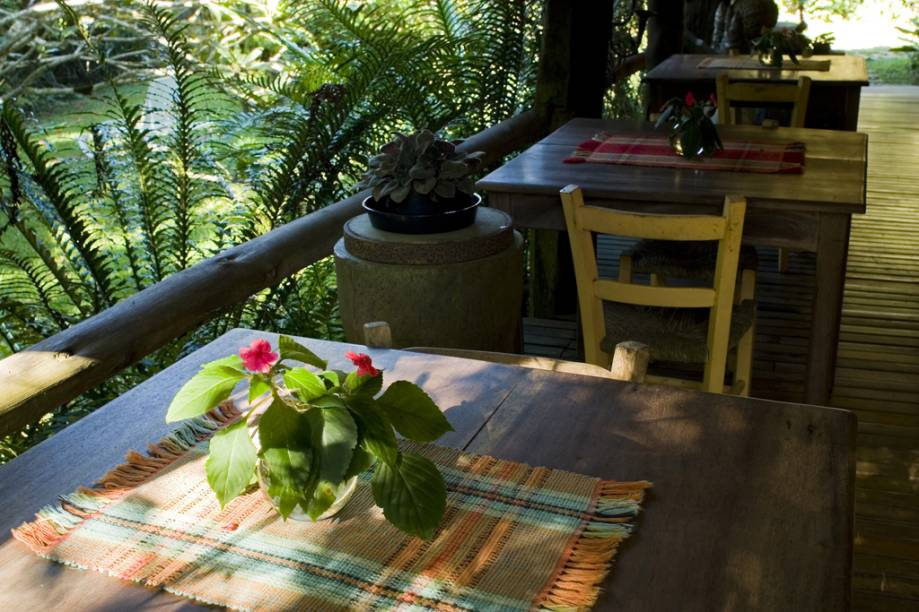 Varanda do café da manhã em quarto da pousada Regina Guest House, antigo engenho de farinha de mandioca restaurado
