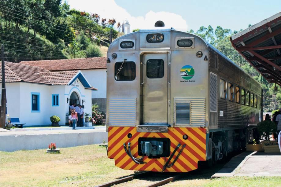 O moderno Trem das Montanhas Capixabas, reativado em 2010 para passeios turísticos, vai de Viana a Araguaia