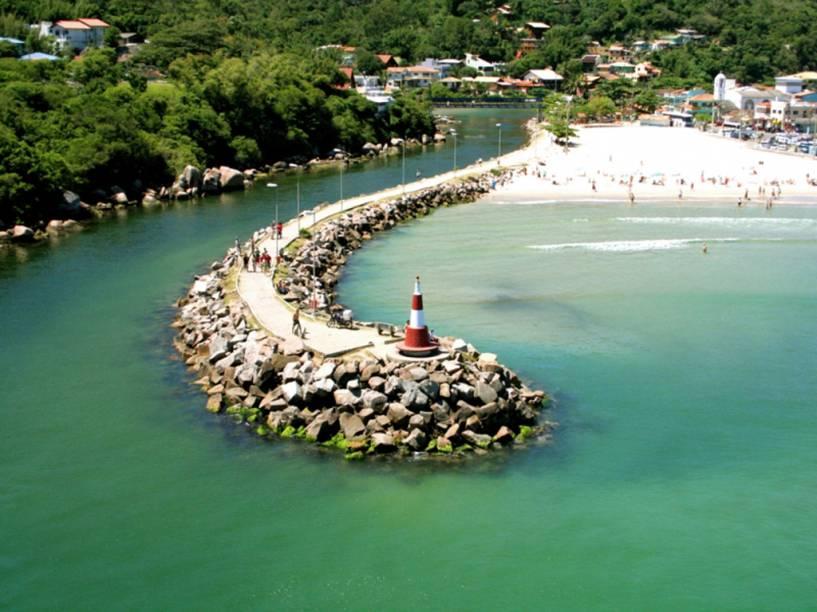 Urbanizada e movimentada, a Praia da Barra da Lagoa tem bares e restaurantes populares e um importante núcleo pesqueiro