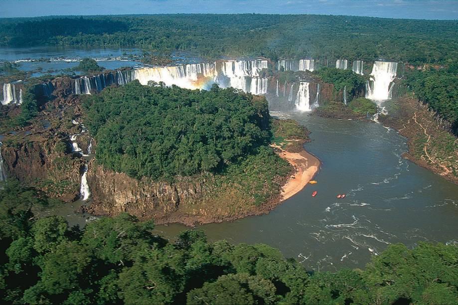 Vista aérea das Cataratas do Iguaçu. 275 quedas dágua compõem o cenário na fronteira entre Brasil e Argentina
