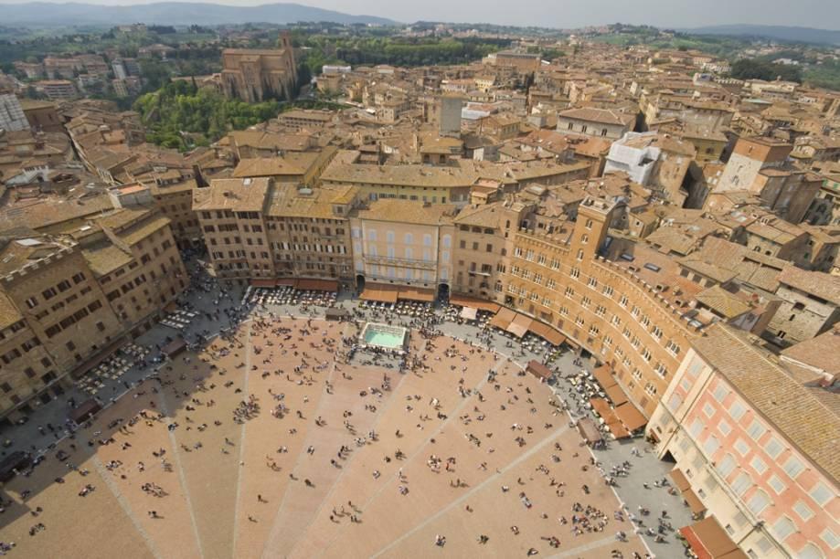 """Vista aérea da medieval Piazza del Campo, em <a href=""""http://viajeaqui.abril.com.br/cidades/italia-siena"""" rel=""""Siena"""">Siena</a>, que é palco da mais antiga corrida de cavalos do mundo, o Palio"""