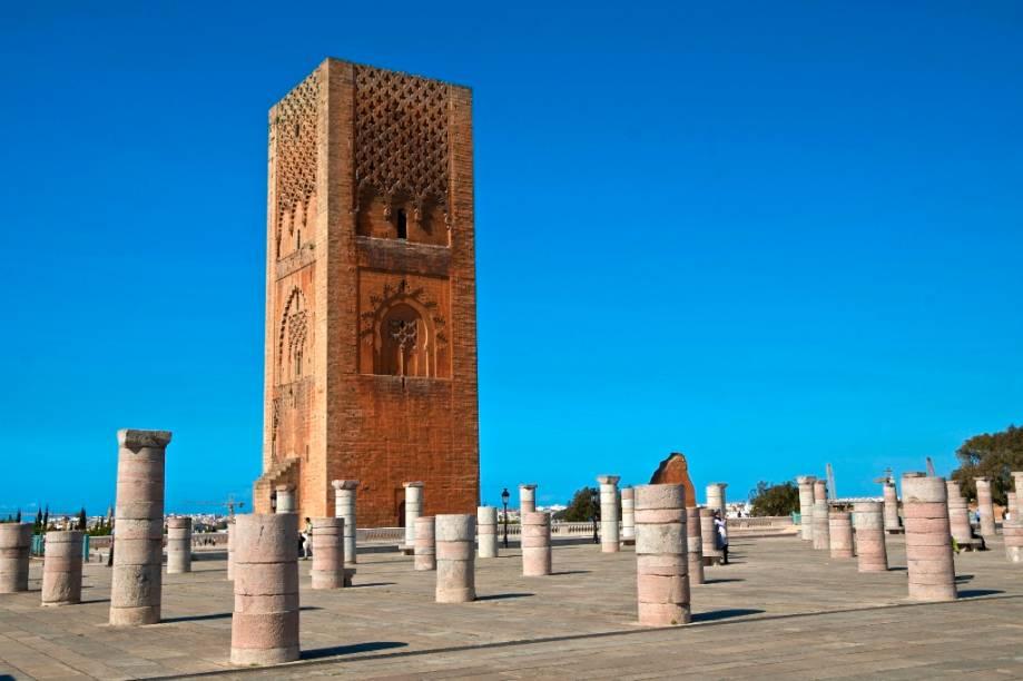 A torre Hassan foi iniciada em 1195 para ser o maior minarete do mundo, mas os trabalhos foram interrompidos com a morte do sultão Yakub I. Todo o resto da mesquita também manteve-se incompleto, hoje restando algumas paredes e centenas de colunas, que dão uma ideia da dimensão do complexo