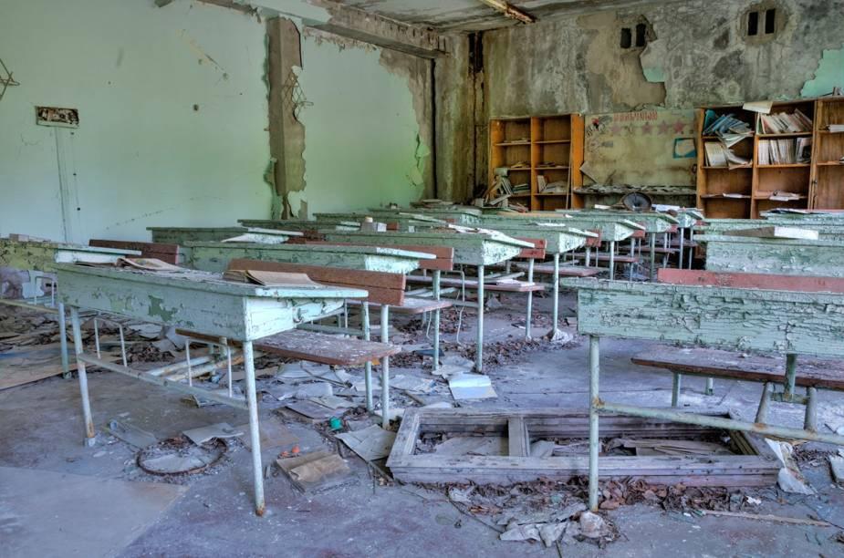 Mesas e cadeiras de uma sala de aula de escola
