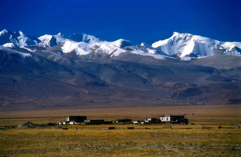 Os Himalaias são a mais alta cadeia de montanhas do planeta, abrigando picos célebres como o Lhotse, o Everest e o Kanchenjunga. Suas alturas extremas e enorme extensão afetam o clima de seus dois lados, úmido e com grandes florestas ao sul e seco e repleto de pradarias ao norte, como estas no Tibete