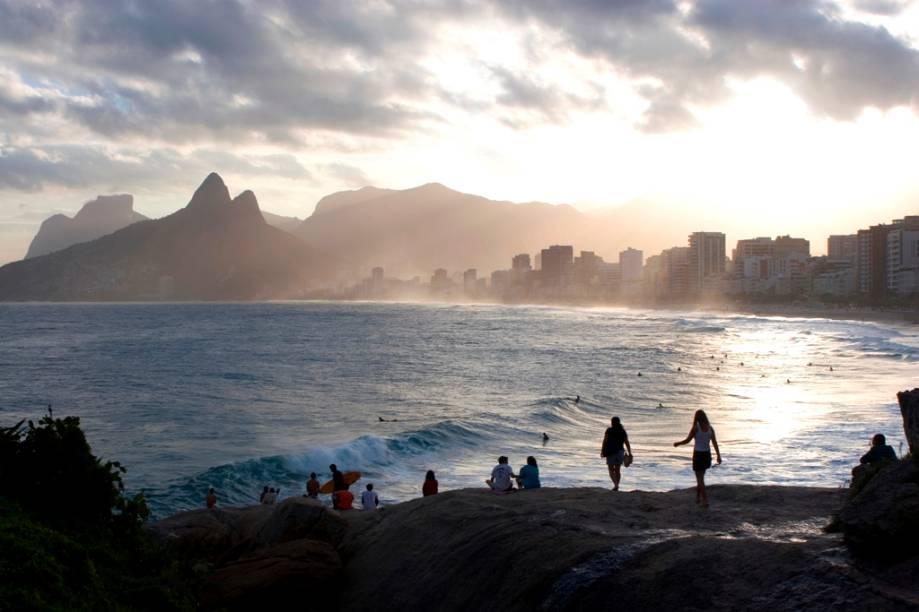 A silhueta da Cidade Maravilhosa no pôr do sol do <strong>Arpoador</strong>.