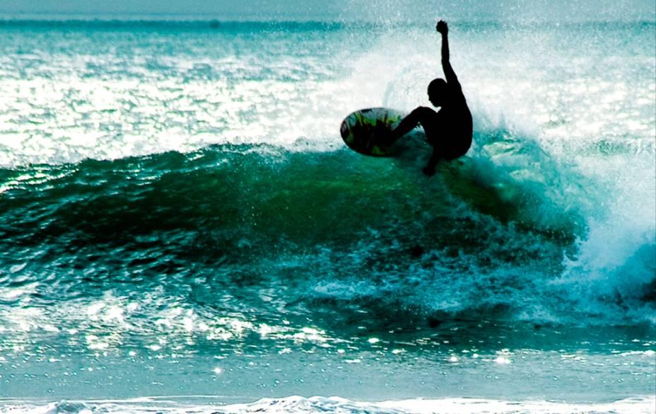 A Indonésia é um dos destinos mais procurados para os amantes das grandes ondas. G-Land (Grajagan), em Java Oriental, é considerada por muitos uma das melhores esquerdas do planeta e é muito popular por sua proximidade com Bali. Já Mentawai, em Sumatra ocidental, possui swells variados e exige proteção para as eventuais quedas sobre as bancadas