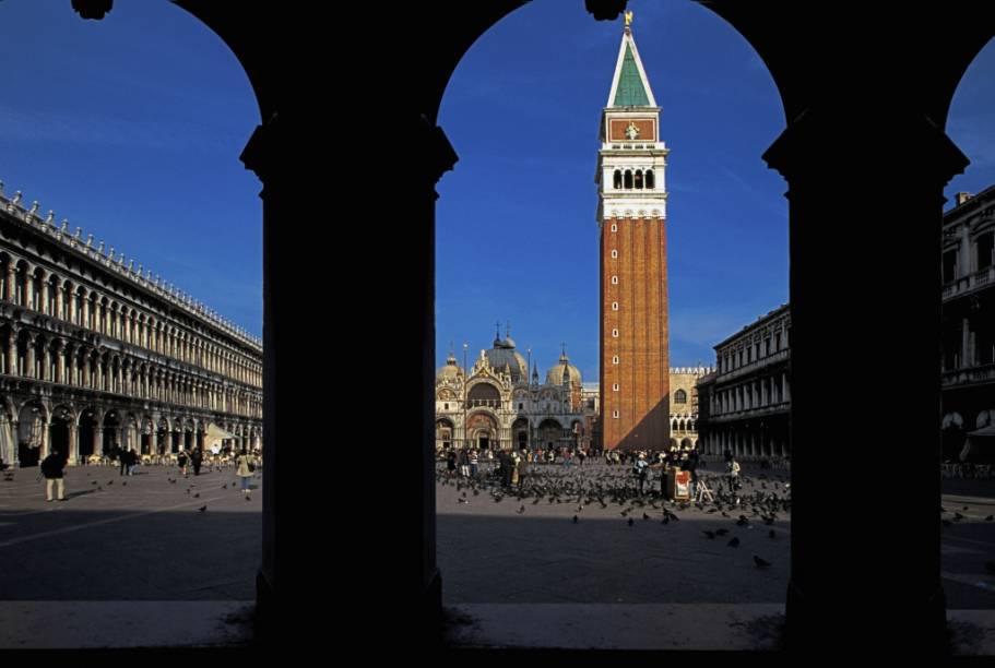 Piazza San Marco, o coração político, cívico e religioso de Veneza, com a catedral e a campanilha dominando o amplo espaço