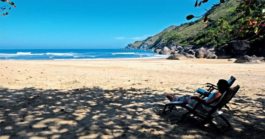"""<a href=""""http://viajeaqui.abril.com.br/cidades/br-sp-ilhabela"""" rel=""""Ilhabela""""><strong>Ilhabela</strong></a><br />  <br />  Aqui, só fica entediado quem quer. São 40 praias, diversas trilhas e cachoeiras, o que torna um destino ideal para casais, família e esportistas.<br />  <br />  A praia de Castelhanos é a estrela da ilha: tem longa faixa de areia, com quase 2 quilômetros de extensão, e mar de águas claras, bom para surfar.<br />  <br />  Se a ideia é se refrescar numa deliciosa cachoeira, as sugestões são a da <a href=""""http://viajeaqui.abril.com.br/estabelecimentos/br-sp-ilhabela-atracao-cachoeira-da-lage"""" rel=""""Lage"""">Lage</a>, com poços para banho e um tobogã natural de 30 metros, e a da <a href=""""http://viajeaqui.abril.com.br/estabelecimentos/br-sp-ilhabela-atracao-cachoeira-da-toca"""" rel=""""Toca"""">Toca</a>, que conta com um tobogã de pedra de 50 metros de extensão, uma ducha de três metros de altura, uma piscina rasa e uma gruta que dá nome ao local. No verão, há tirolesa, arvorismo, rapel e escalada.<br />  <br />  <strong>Distância:</strong> 213 quilômetros<br />  <strong>Tempo médio de viagem:</strong> 3 horas<br />  <br />  <strong>Saiba mais:</strong>  <a href=""""http://viajeaqui.abril.com.br/cidades/br-sp-ilhabela/o-que-fazer"""" rel=""""O que fazer"""" title=""""O que fazer em Ilhabela"""">O que fazer</a><br />  <a href=""""http://viajeaqui.abril.com.br/cidades/br-sp-ilhabela/onde-comer"""" rel=""""Onde comer"""" title=""""Onde comer em Ilhabela"""">Onde comer</a><br />  <a href=""""http://viajeaqui.abril.com.br/cidades/br-sp-ilhabela/onde-ficar"""" rel=""""Onde ficar"""" title=""""Onde ficar em Ilhabela"""">Onde ficar </a>"""