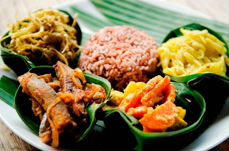 Não existe uma gastronomia indonésia única, tal a diversidade étnica e geográfica das ilhas. No entanto, predominam ora pratos vegetarianos, ora pratos à base de frutos do mar, quase sempre muito bem apresentados e nem sempre tão condimentados como os econtrados na Indonésia. Mas, é claro, há sempre exceções