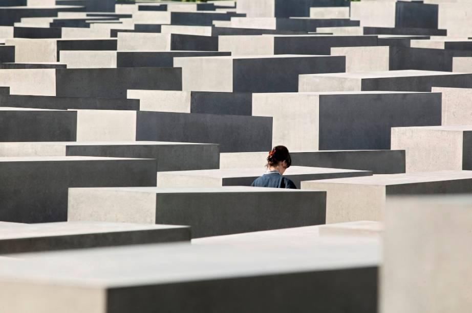 Entre o Portão de Brandemburgo e a Potsdamer Platz está o o Memorial aos Judeus Mortos na Europa, também conhecido como Memorial ao Holocausto