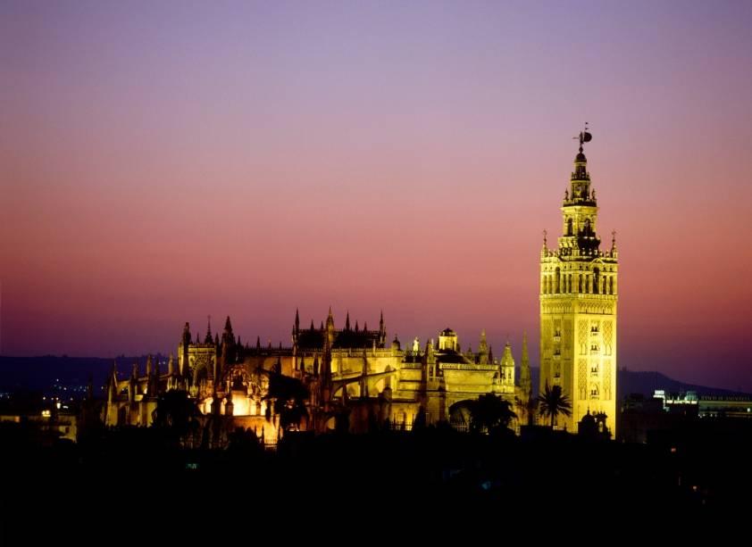 """<strong>La Giralda, <a href=""""http://viajeaqui.abril.com.br/cidades/espanha-sevilha"""" rel=""""Sevilha"""" target=""""_blank"""">Sevilha</a>, Espanha</strong>                De todos os elementos da antiga mesquita dos Almóadas, fundada em 1172, restaram apenas o pátio das laranjeiras e seu minarete. Sobre estas fundações foi estabelecida a <a href=""""http://viajeaqui.abril.com.br/estabelecimentos/espanha-sevilha-atracao-catedral-de-sevilha-e-la-giralda"""" rel=""""Catedral de Sevilha"""" target=""""_blank"""">Catedral de Sevilha</a>, que modificou a torre com o acréscimo de um campanário e do catavento que lhe deu o apelido pela qual é popularmente conhecido, a Giralda"""