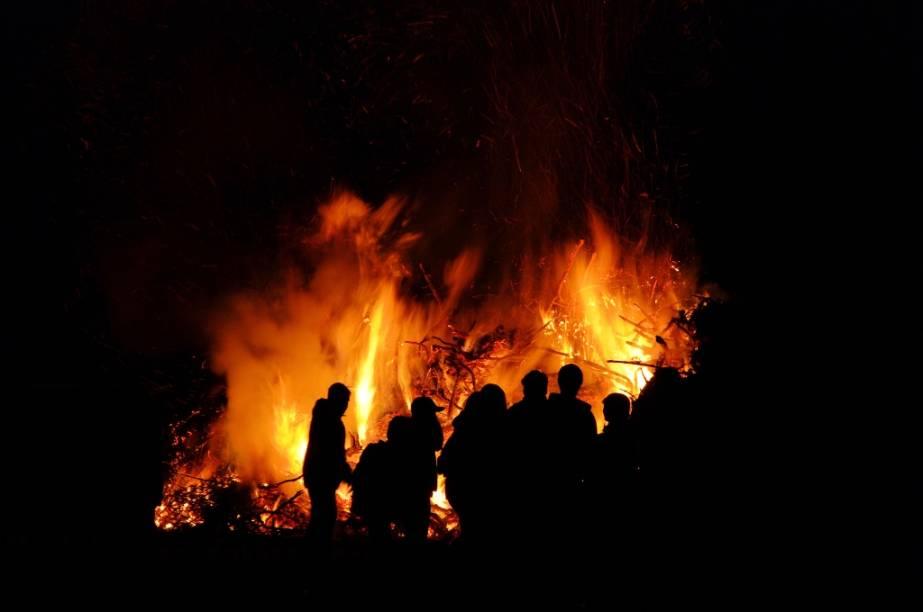 No Hemisfério Norte, antigas celebrações rememoram o solstício de verão. Nestas ocasiões, fogueiras são acendidas e cânticos são entoados
