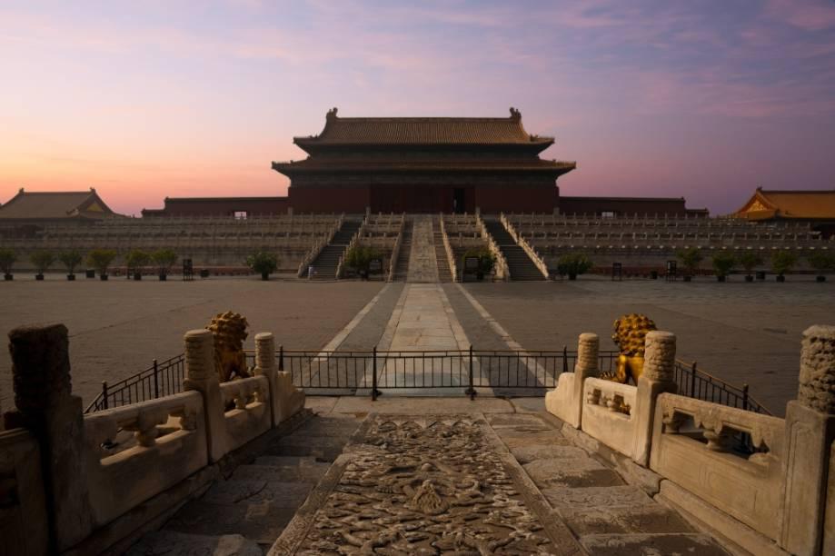 """A poética e dramática vida do último imperador da <a href=""""http://viajeaqui.abril.com.br/paises/china"""" target=""""_blank"""">China</a>, Pu Yi, tem como protagonista as amplas, mas claustrofóbicas paredes, corredores e pátios da <a href=""""http://viajeaqui.abril.com.br/estabelecimentos/china-pequim-beijing-atracao-cidade-proibida"""" target=""""_blank""""><strong>Cidade Proibida </strong></a>de <a href=""""http://viajeaqui.abril.com.br/cidades/china-pequim-beijing"""" target=""""_blank"""">Pequim</a>. O filme capta com riqueza de detalhes a vida da corte do jovem monarca, cercado por eunucos e rígidas normas. Quem visita o grande palácio mergulha imediatamente nessa atmosfera suntuosa, porém estranhamente melancólica. <strong>O Último Imperador</strong> (<em>The Last Emperor</em>, China/<a href=""""http://viajeaqui.abril.com.br/paises/italia"""" target=""""_blank"""">Itália</a>/<a href=""""http://viajeaqui.abril.com.br/paises/reino-unido"""" target=""""_blank"""">Reino Unido</a>, 1987) <strong>Diretor: </strong>Bernardo Bertolucci <strong>Estrelando: </strong>John Lone e Peter O'Toole <strong>Nove Prêmios da Academia, incluindo melhor filme, melhor diretor e melhor roteiro adaptado</strong>"""