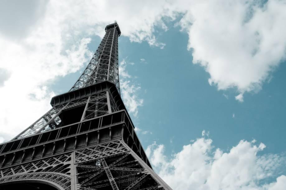 """<strong>Paris, França (1900 e 1924)</strong><br />    Mesmo dividindo atenções com a Exposição Universal Internacional, que acontecia simultaneamente com os jogos na capital parisiense, a primeira edição das Olímpiadas em <a href=""""http://viajeaqui.abril.com.br/cidades/franca-paris"""" rel=""""Paris """" target=""""_blank"""">Paris </a>ficou marcada por dois fatos importantes: a entrada das mulheres em jogos coletivos e a primeira medalha de ouro dada a um latino-americano. Com apenas 16 anos, o esgrimista cubano Ramón Fonst subiu no lugar mais alto do pódio na categoria Espada.        Já em sua segunda edição, muitas """"modas"""" do esporte foram criadas. Os uruguaios inventaram a volta olímpica no futebol, os britânicos tiveram o seu primeiro ouro no atletismo com Harold Abrahams e o jovem estudante Johnny Weissmuller conquistou duas medalhas na natação. Anos depois ele brilharia no cinema como Tarzan, o Rei das Selvas.<br />    A Paris do século 21 dispensa apresentações: continua sendo o destino turístico número 1 da Europa"""