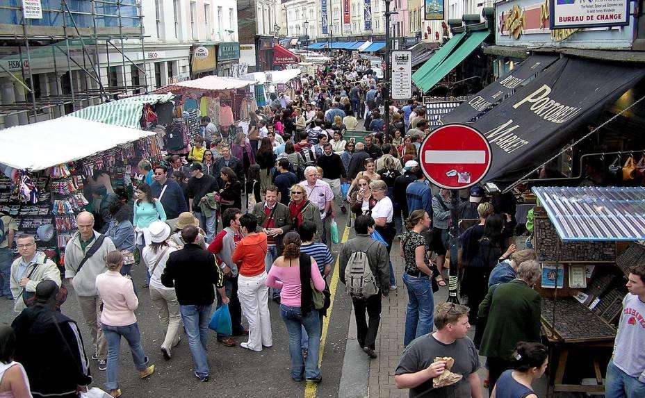 """<strong>6. <a href=""""http://www.portobelloroad.co.uk/"""" rel=""""Feira de Portobello Road"""" target=""""_blank"""">Feira de Portobello Road</a></strong>Uma das mais famosas feiras do mundo, Portobello Road acontece aos sábados na capital britânica, próximo ao charmoso distrito de Notting Hill. Banquinhas de antiguidades, barracas de bugigangas, brechós e restaurantes se revezam por toda a extensão deste verdadeiro mercado a céu aberto. Este é outro daqueles lugares imprescindíveis em qualquer bom roteiro para Londres. Além das roupas e velharias do lugar, há também barraquinhas com guloseimas diversas para os esfomeados de plantão. E como toda boa feira que se preze, verduras, frutas e legumes enchem as barraquinhas e colorem a paisagem"""