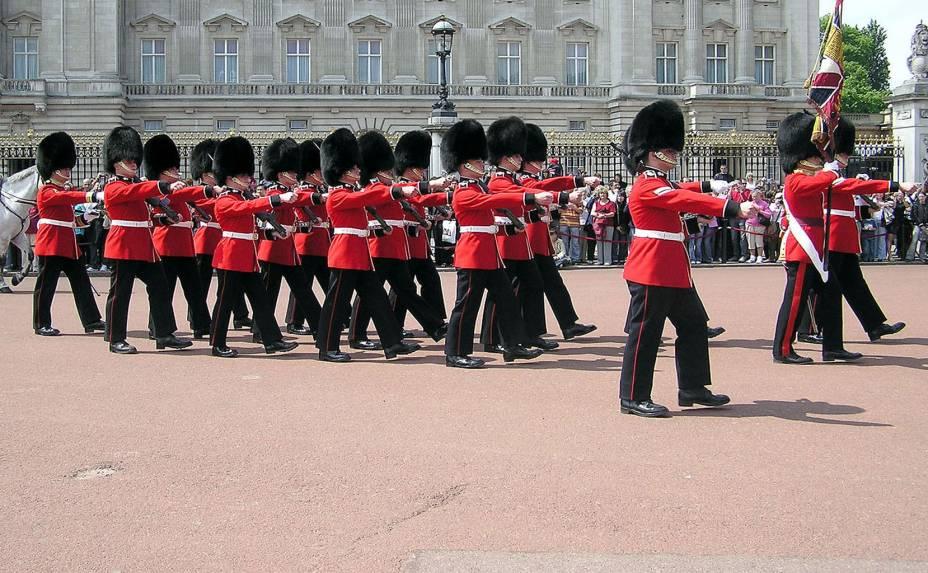 """<strong>1. Troca de Guarda</strong>Desde 1660, a Guarda da Rainha protege a Família Real em turnos alternados durante o dia todo. A tradição dos tempos áureos da coroa inglesa é uma das atrações mais procuradas por turistas em todo o mundo. Responsáveis pela segurança do <a href=""""http://viajeaqui.abril.com.br/estabelecimentos/reino-unido-londres-atracao-buckingham-palace"""" target=""""_blank"""" rel=""""noopener"""">Palácio de Buckingham</a> e também do palácio de St. James, os soldados realizam a troca de turno com o auxílio de banda militar que toca vários tipos de músicas, desde marchas tradicionais até música pop. Religiosamente às 11h durante o verão e em dias alternados no restante do ano, a cerimônia dura aproximadamente 45 minutos"""